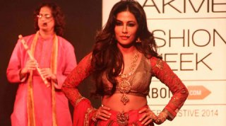 Dusky beauty Chitrangada Singh dazzled the ramp exhibiting conventional attire for fashion designer Harshita Chatterjee Deshpande at Lakme Fashion Week Winter/Festive 2014.